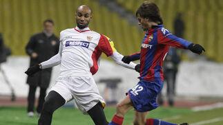 Kanouté intenta robarle el balón a Shennikov.  Foto: Antonio Pizarro