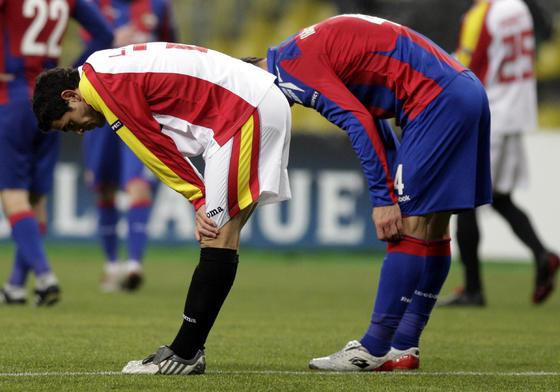 Lautaro Acosta se apoya sobre sus rodillas para tomar algo de aire.  Foto: Antonio Pizarro