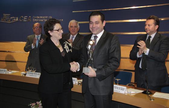 La consejera Carmen Martínez Aguayo felicita a Mario López Magdaleno por el galardón otorgado a Magtel en la categoría Medio Ambiente y Energías Renovables.  Foto: M. GOMEZ/ VICTORIA HIDALGO