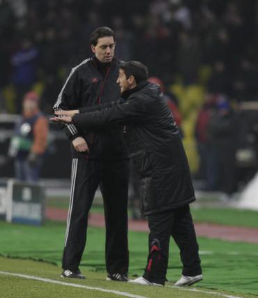 Manolo Jiménez hace gestos a sus futbolistas, ante la presencia del cuarto árbitro.  Foto: Antonio Pizarro