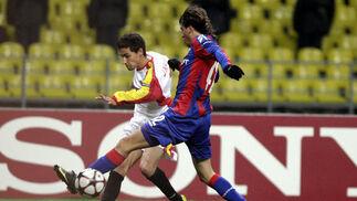 Jesús Navas centra ante la oposición de un defensa del CSKA de Moscú.  Foto: Antonio Pizarro