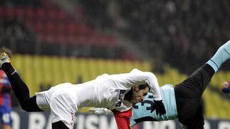 Negredo y Akinfeev (portero del CSKA de Moscú) intentan mantener el equilibrio.  Foto: Antonio Pizarro
