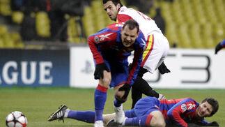 Negredo sigue el balón con la mirada ante dos defensas del CSKA.   Foto: Antonio Pizarro