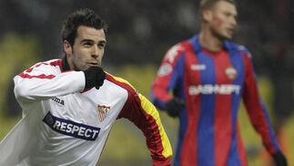 Negredo sale a correr para celebrar su gol.  Foto: Antonio Pizarro