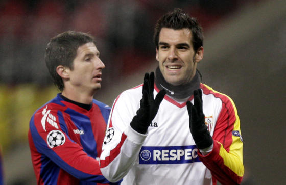 Negredo se lamenta delante de un defensa del CSKA.  Foto: Antonio Pizarro
