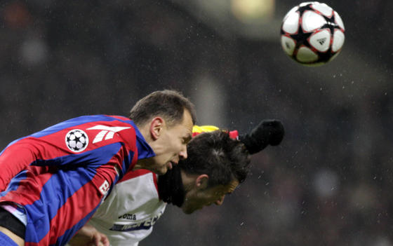 Negredo disputa un balón de cabeza con Ignashevich.  Foto: Antonio Pizarro