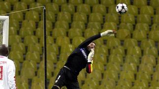 Palop despeja un balón ante la mirada de su compañero Zokora.  Foto: Antonio Pizarro
