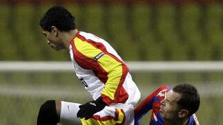 Renato salta ante Ignashevich después de golpear la pelota.  Foto: Antonio Pizarro