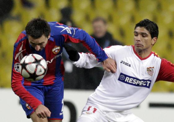 Renato intenta alcanzar un balón despejado por un defensa del CSKA.  Foto: Antonio Pizarro
