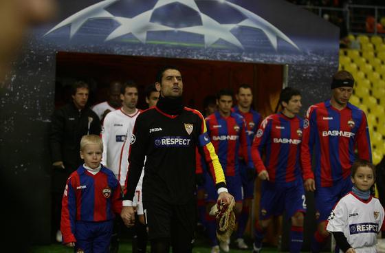 El Sevilla y el CSKA de Moscú saltan al estadio.  Foto: Antonio Pizarro