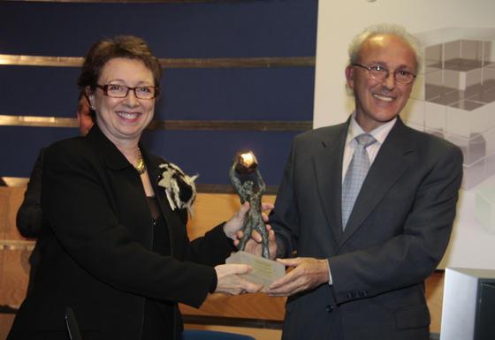 Martínez Aguayo entrega el premio en Innovación, Desarrollo Tecnológico, TIC y Aeronáutica a Ángel Rodríguez, presidente de Anafocus.  Foto: M. GOMEZ/ VICTORIA HIDALGO