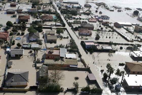 Vista aérea del cauce del río Guadalquivir desbordado a su paso porla urbanización Altea. / José Martínez