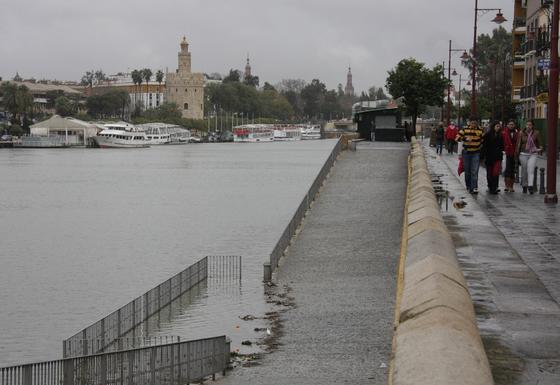 El agua del Guadalquivir cubre las zonas más bajas del embarcadero de la calle Betis en Triana.  Foto: B.Vargas