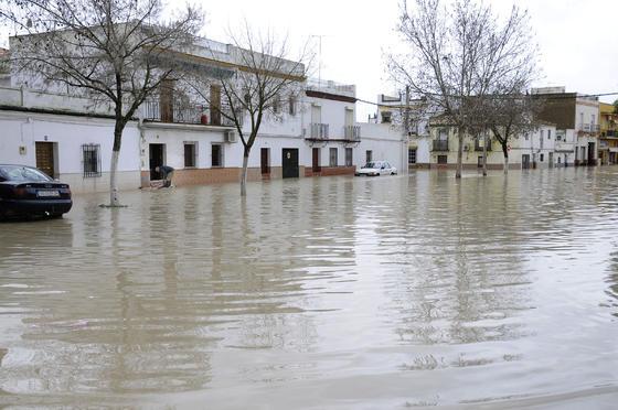 Una calle de Lora del Río totalmente inundada.  Foto: Juan Carlos Vázquez
