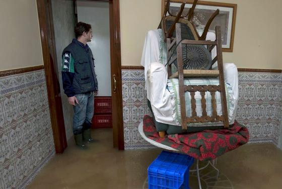 Muebles apilados para evitar el agua que inunda el suelo (Tocina)  Foto: Agencias