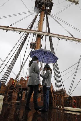 Dos mujeres en la cubierta del Galeón Andalucía.  Foto: Juan Carlos Vázquez