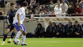 Ronaldo trata de marcharse de su marcador. / AFP