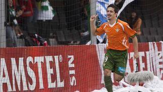 Jonathan Pereira celebra el primer gol verdiblanco. / LOF