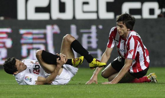 Navas se duele en el suelo tras recibir una patada. / Antonio Pizarro
