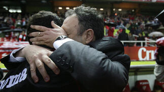 Caparros y Jiménez se saludan efusivamente antes del comienzo del encuentro. / Antonio Pizarro