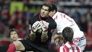 Iraizoz bloca un balón en una salida. / Antonio Pizarro