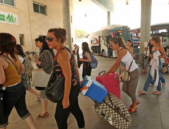 Los viajeros fueron transbordados desde Lebrija a Jerez en autobuses facilitados por Renfe.  Foto: Juan Carlos Toro
