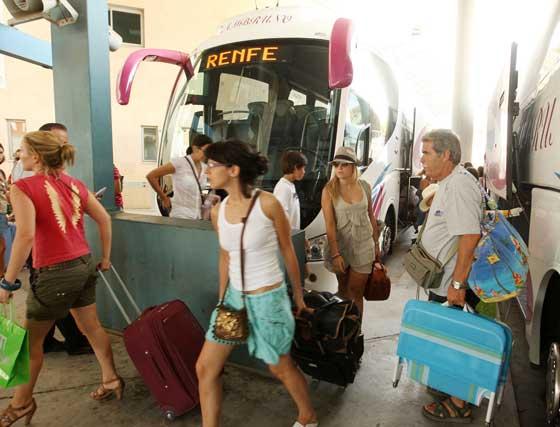Los viajeros que se dirigían a la costa subieron a un cercanías para llegar hasta su destino  Foto: Juan Carlos Toro