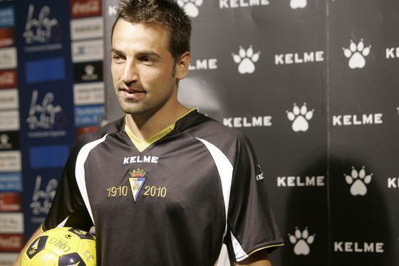 Aarón Bueno fue el jugador encargado de mostrar esta camiseta.  Foto: Jesus Marin