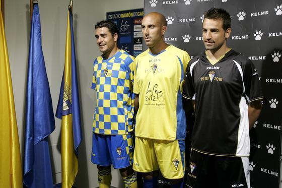 Enrique, Raúl López y Aarón Bueno ejercieron como modelos para dar a conocer las nuevas equipaciones.   Foto: Jesus Marin