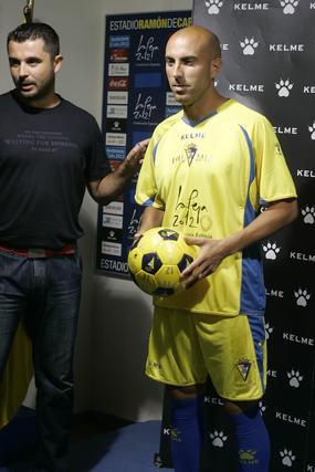 Raúl López posa con la primera equipación.   Foto: Jesus Marin