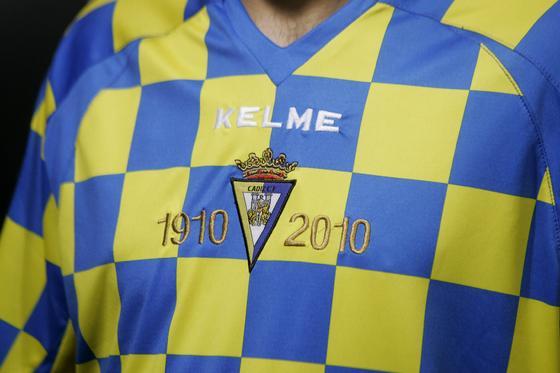 La camiseta alternativa también cuenta con la inscripción que alude al Centenario junto al escudo.  Foto: Jesus Marin