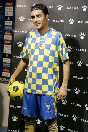 La camiseta luce un curioso diseño a cuadros amarillos y azules, con pantalón azul y medias amarillas.   Foto: Jesus Marin