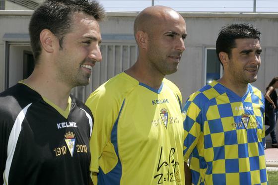Las tres nuevas equipaciones llevan el año de fundación del club.   Foto: Jesus Marin