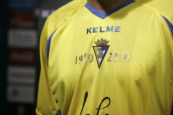 Para esta temporada se ha incluído flanqueando al escudo la inscripción ´1910-2010´ como homenaje a los cien años del club amarillo.   Foto: Jesus Marin