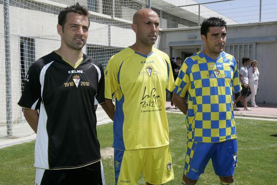 Los tres futbolistas posan con las nuevas camisetas en el césped de El Rosal.   Foto: Jesus Marin