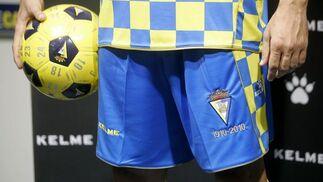 En esta indumentaria el pantalón es azul, con una franja a cuadros en cada lateral y detalles en dorado.   Foto: Jesus Marin