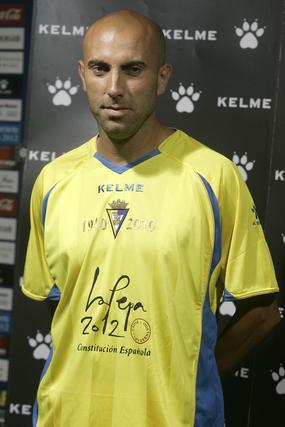 El amarillo predomina salvo en el cuello y en las bandas verticales a los lados de la camiseta.   Foto: Jesus Marin