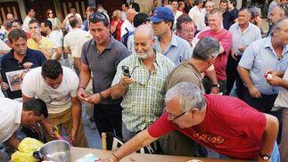 Los trabajadores municipales reivindicaron el cobro íntegro de sus salarios con una 'chorizada' frente al Ayuntamiento  Foto: Vanesa Lobo