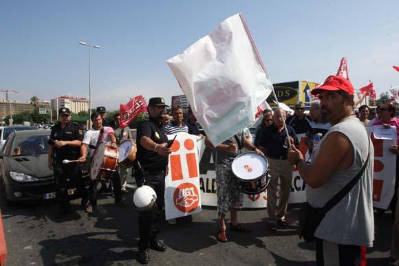 Unas 300 personas entre sindicatos y personal municipal reclaman el pago de las nóminas de los empleados del Ayuntamiento de La Línea  Foto: Paco Guerrero