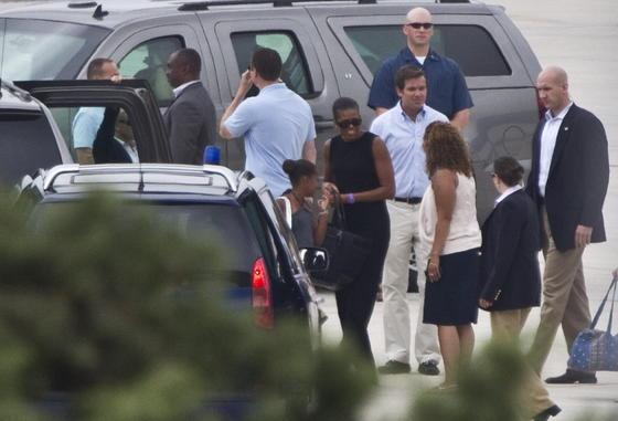 Michelle Obama y su hija pequeña Sasha ya descansan en la Costa del Sol./ EFE