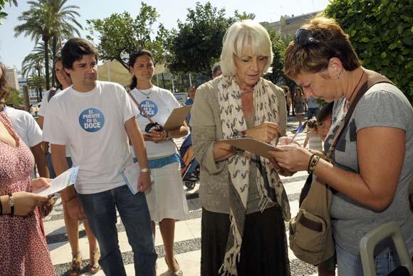 La alcaldesa se acercó a varios puntos donde se recogieron numerosas firmas durante la jornada  Foto: Joaquin Hernandez Kiki