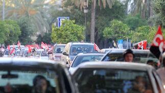 Una caravana formada por 60 coches y con los empleados municipales a bordo, recorrió las principales calles de Jerez para exigir el pago del resto de las nóminas  Foto: Manuel Aranda