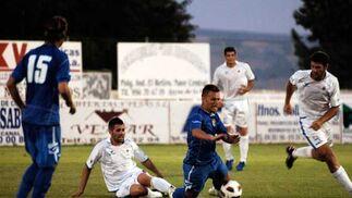 Antoñito tuvo una buena oportunidad de cabeza para haber abierto el marcador antes del final del primer tiempo  Foto: Ramon Aguilar