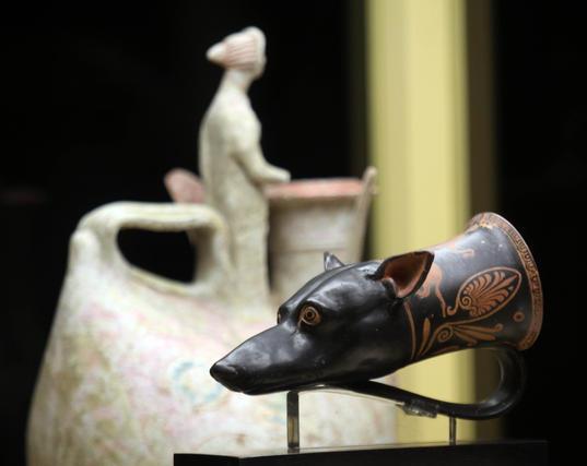 """La exposición """"El jardín de las Hespérides"""" reune medio centenar de vasos griegos datados entre los siglos XIII y III a.C.   Foto: MIGUE FERNNDEZ"""