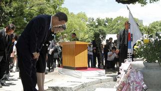 La ciudad japonesa de Hiroshima recordó este viernes el 65 aniversario del lanzamiento de la primera bomba atómica con un llamamiento al desarme nuclear, en una ceremonia en la que, por primera vez, participó oficialmente Estados Unidos y un secretario general de Naciones Unidas.   Foto: AFP, EFE.