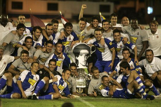 La plantilla espanyolista posa junto al trofeo Carranza, vestido con una camiseta con la cara de Jarque.   Foto: Jesus Marin