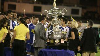 Javier Moyano y Teófila Martínez entregaron la copa de campeones al Espanyol.   Foto: Jesus Marin