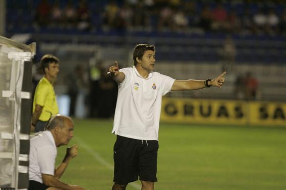 Mauricio Pochettino da instrucciones a sus jugadores desde la banda.   Foto: Jesus Marin