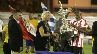 Teófila Martínez entrega el trofeo de finalistas a Perea.   Foto: Jesus Marin