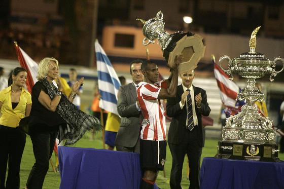 El colombiano levanta la copa.  Foto: Jesus Marin
